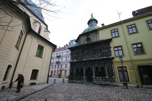 Cour de l'église polonaise. Lviv
