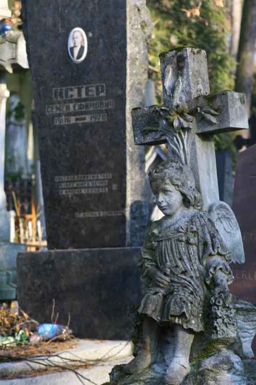 Petit ange, cimetière de Lviv